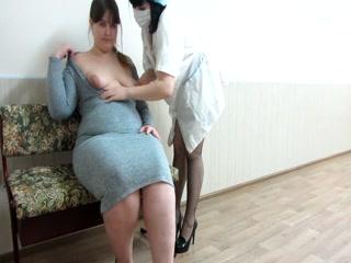 Русская толстая зрелая сосет и трахается в жопу со своим врачом-негром