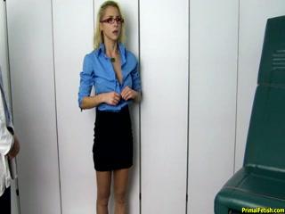 Блондинка с большими сисями трахается на приеме у доктора - порно видео