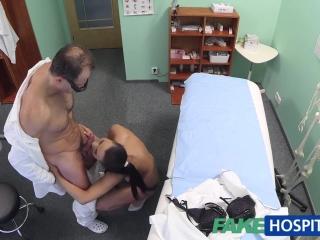 Доктор трахает зрелую женщину и кончает ей прямо на лицо спермой после секса дома
