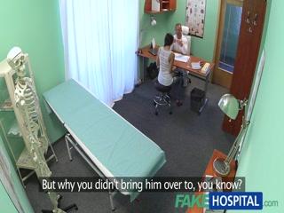 Порно видео с молодой девушкой, которая любит секс во все дырки со своим доктором-врачом