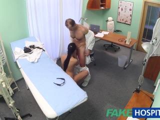 Секс со зрелой женщиной и мужчиной дома на диване закончился оргазмом для обоих