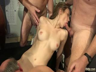 Мужики трахают молодую соску, а она сосет их члены - порно видео онлайн hd