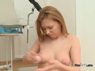 Секс с молодой девушкой-гинекологом на кушете в кабинете врача - порно видео