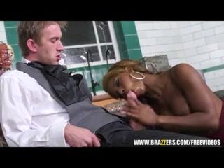 Негр ебет молодую девушку в киску, а потом кончает ей на лицо - порно видео hd